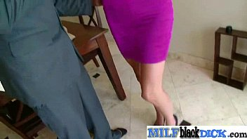 front dressed boy of getting lady mature a in Una mujer con un travesti