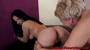 trainers seduce two lesbian Ver video joven ameteur pierde virginidad con torbe por dinero